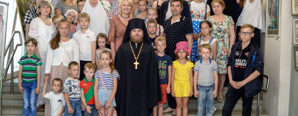 Директор, преподаватели и воспитанники воскресной школы посетили выставку, посвященную юбилею города, «Лики Салавата»